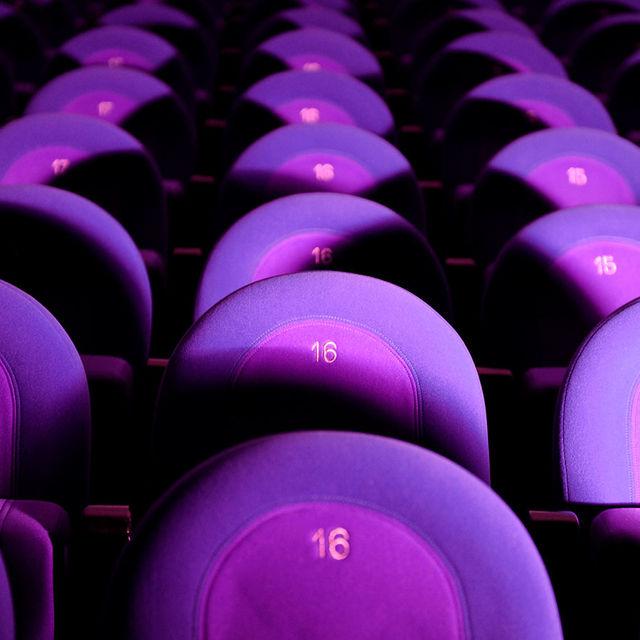 Sièges de salle de spectacle.
