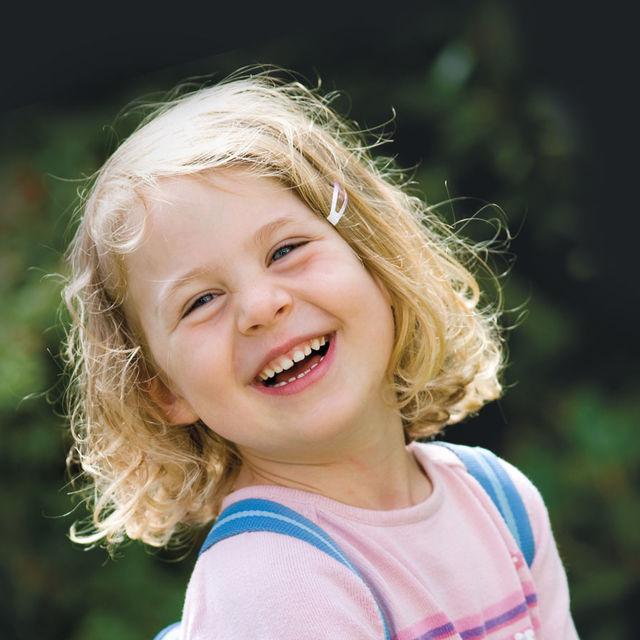 Jeune enfant avec cartable.