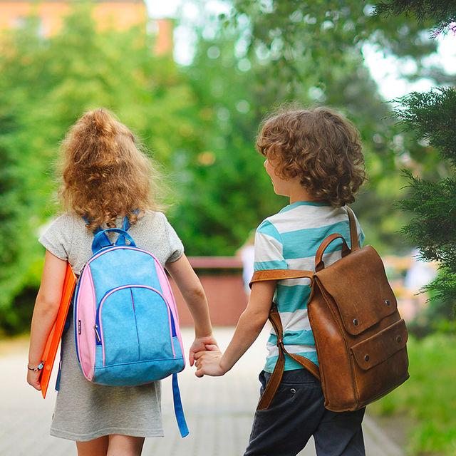 Enfants allant à l'école.