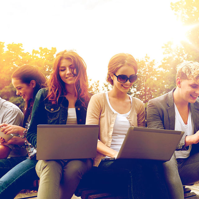 Etudiants devant leur ordinateur portable.