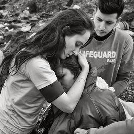 Photographie de Marie Dorigny à Lesbos en Grèce. Une femme Kurde, enceinte, en état de choc est réconfortée par une jeune secouriste.