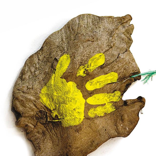 Claude Viallat - Main jaune 2003 n°Ob 020 - Empreinte de main sur bois flotté - 31 x 36cm