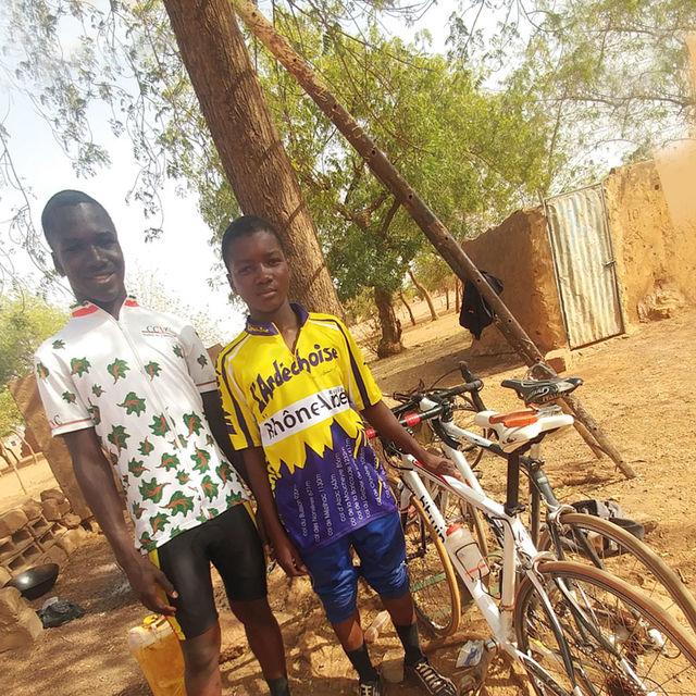 Enfants avec des vélos à Ouahigouya (Burkina Faso)