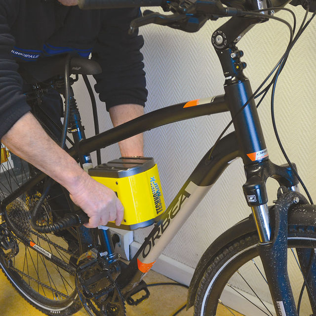 Un agent de la police municipale marque un vélo.