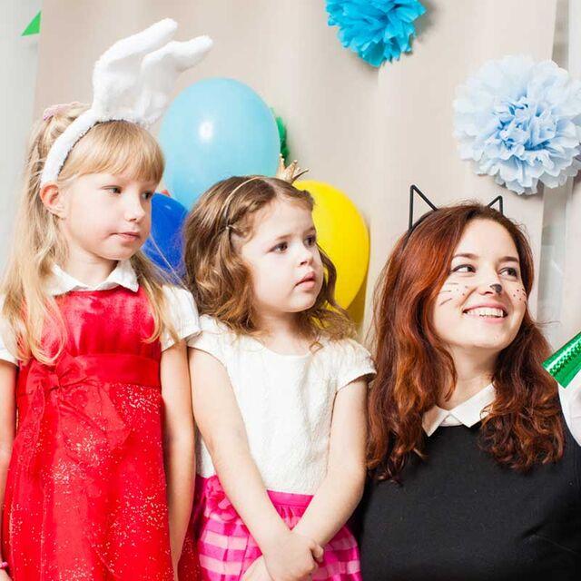 Jeune femme avec des enfants déguisés
