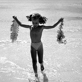 Photographie de la petite-fille aux algues à Belle-île-en-mer en 1949