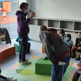 Groupe d'enfants en cercle avec des casques participent à un enregistrement