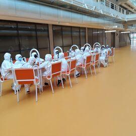 Enfants dans le hall de l'ENS Paris-Saclay