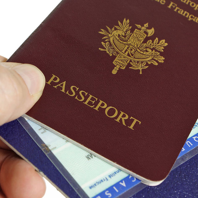 Passeport et carte d'identité nationale.